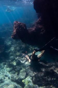水の下で泳ぐ男
