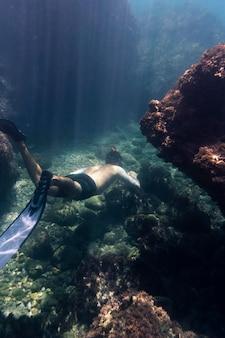 Uomo che nuota sott'acqua