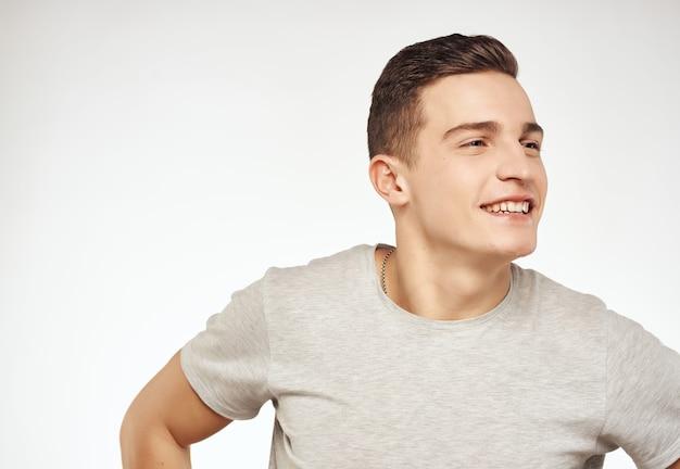 男のtシャツクローズアップスタジオ笑顔孤立した背景。高品質の写真