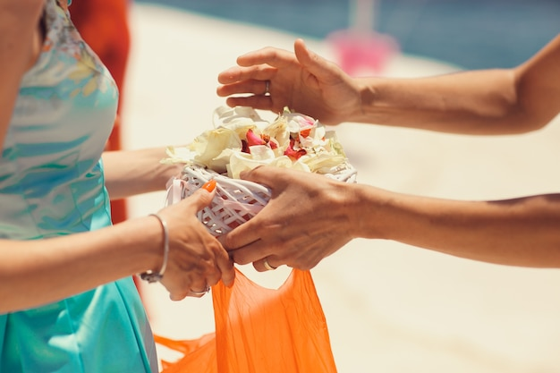 男は女の手から花弁でパルテを取る