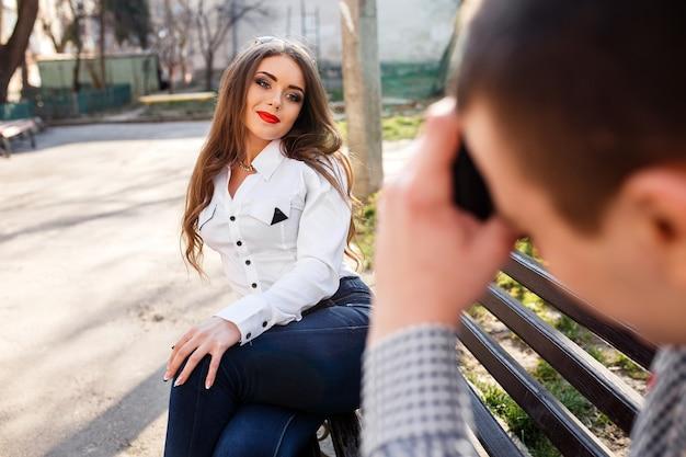 남자는 그의 여자 친구의 사진을 찍는다