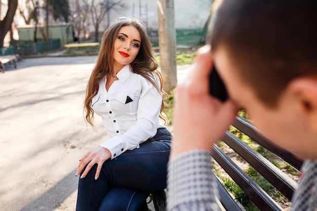 L'uomo scatta una foto della sua ragazza