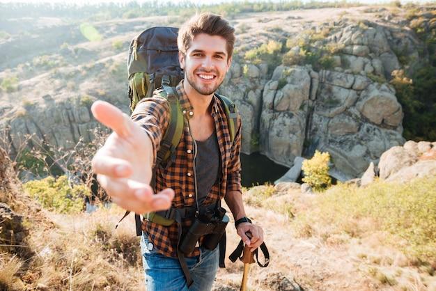 Мужчина берет за руку возле каньона