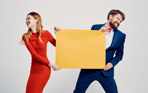 남자는 감정 재미를 광고하는 여자의 손에서 모형을 가져옵니다