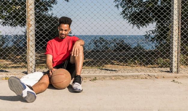 バスケットボールの試合後に休憩する男