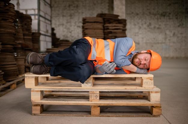 직장에서 휴식을 취하고 잠자는 남자