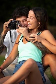 그의 여자 친구 옆에서 사진을 찍는 남자