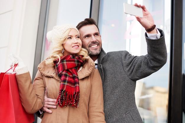 ショッピング中に写真を撮る男