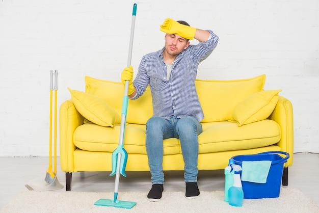 Человек отдыхает после уборки