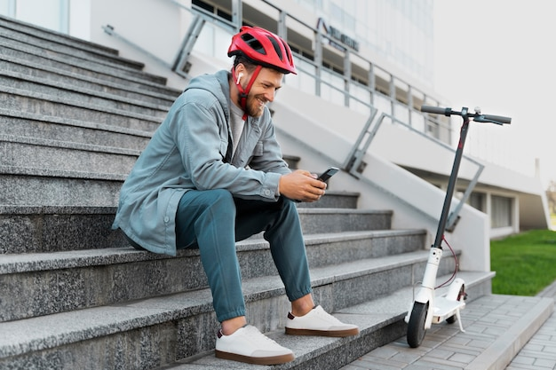 Uomo che si prende una pausa dopo aver guidato il suo scooter
