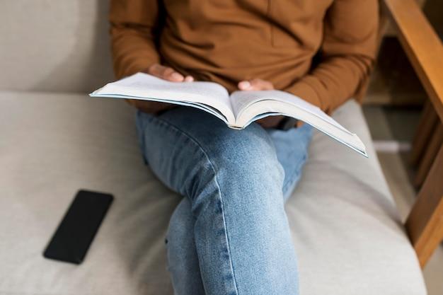 Uomo che si prende una pausa per leggere