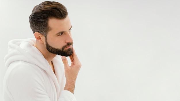 Человек, заботящийся о своем лице дома