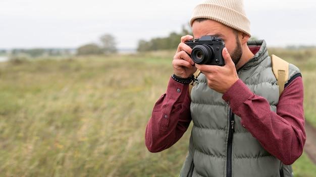 自然の中で写真を撮る男