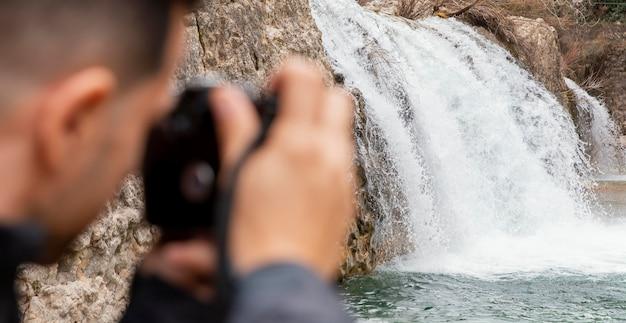 자연의 사진을 찍는 남자