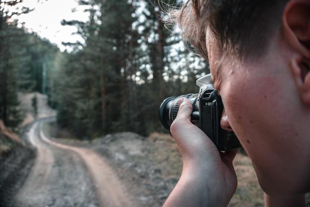 Uomo che scatta foto con una fotocamera professionale