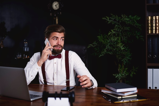 顧客と電話で話している男