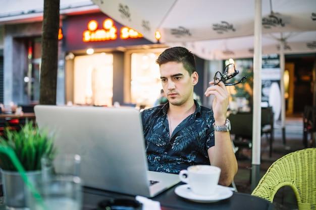 카페에서 휴대 전화 통화하는 남자