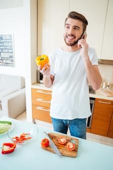 台所で電話で話している男