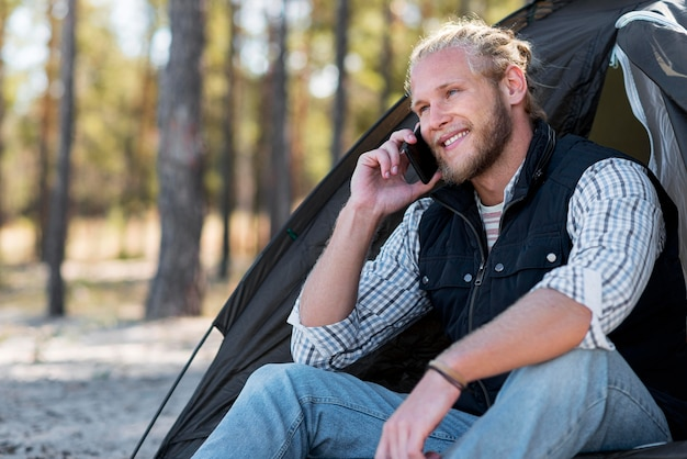 自然の中で電話で話している男