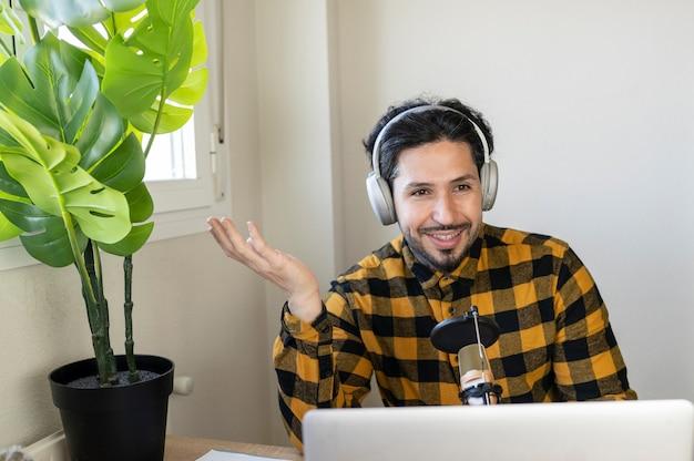 自宅のコンピューターからビデオ通話で話している男