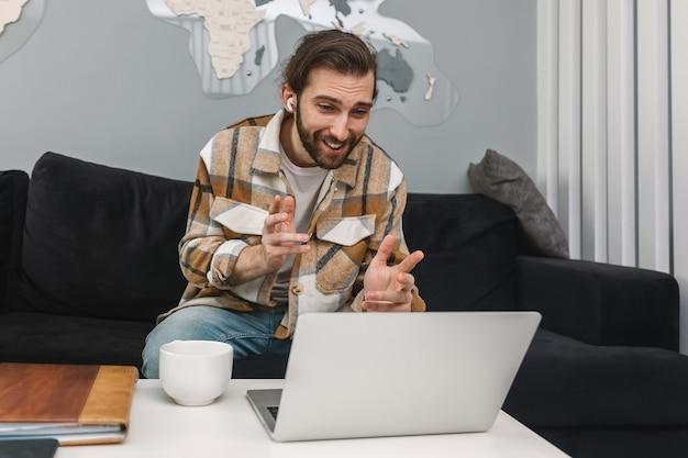 ノートパソコンを使用してビデオ通信で話している男