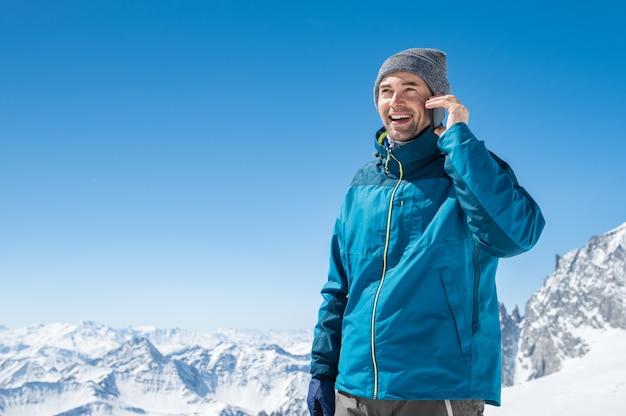 Человек разговаривает по телефону зимой