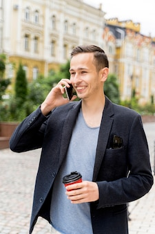 전화로 얘기하는 남자