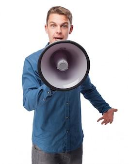 Человек разговаривает через мегафон
