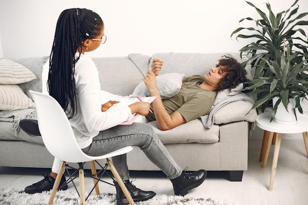 세션 동안 여자 심리학자에 게 얘기하는 남자