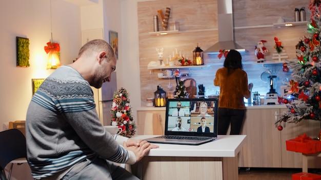 ビジネスビデオ通話で同僚と話している男性