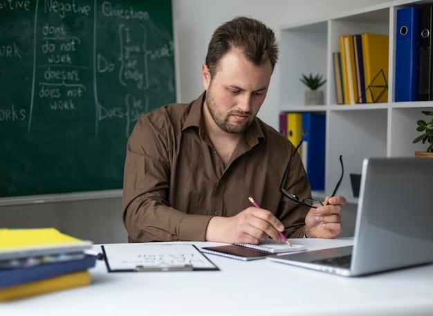 Мужчина преподает детям урок английского онлайн