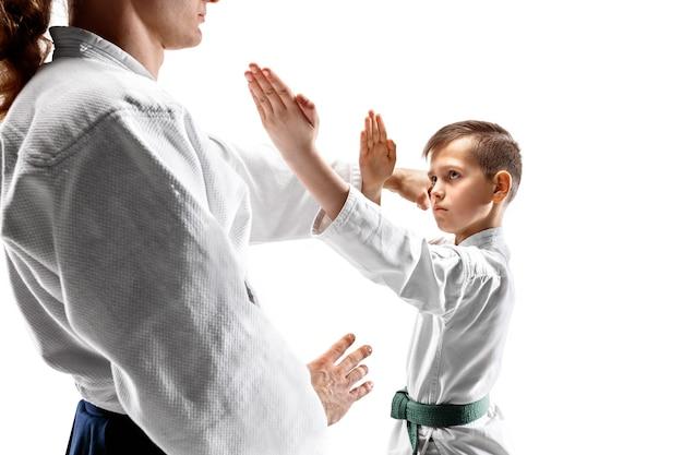 Uomo e ragazzo adolescente che combattono all'addestramento di aikido nella scuola di arti marziali. stile di vita sano e concetto di sport.