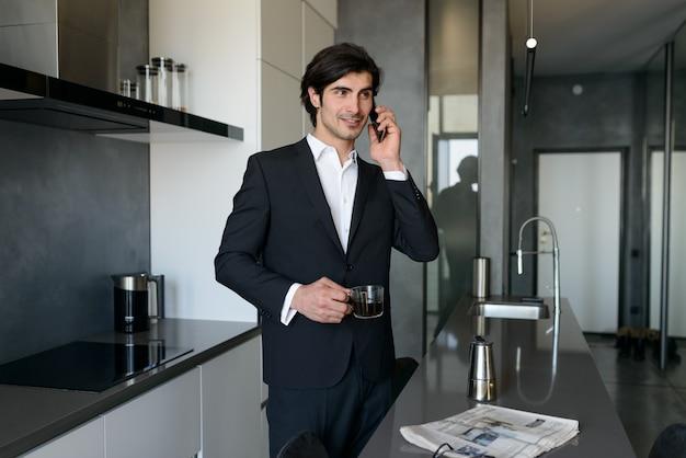 Человек удаленный работник работает дома со смартфоном.