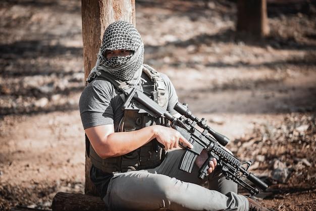 남자 테러 마스크를 착용 하 고 총을 들고 테러 concpet