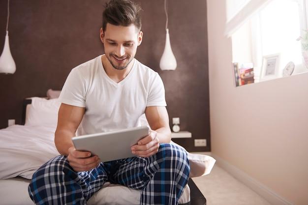 Uomo che prova il modello recente della tavoletta digitale