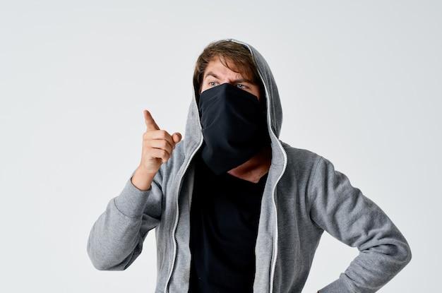 남자 도둑은 그의 얼굴을 숨깁니다 익명 범죄 주의
