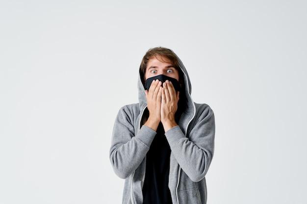Человек вор скрывает лицо предупреждение о преступлении анонимность