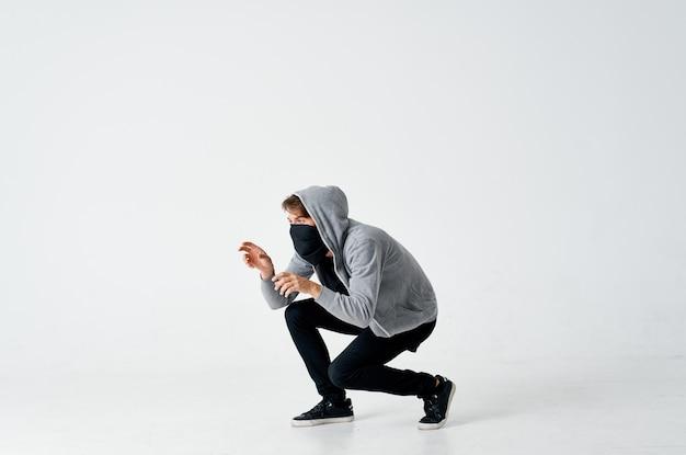 Человек вор крадет деньги взлома осторожно анонимность