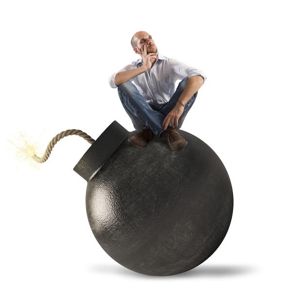 Человек думает над бомбой вот-вот взорвется