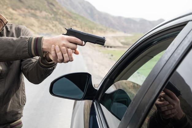 남자는 총으로 운전자를 위협