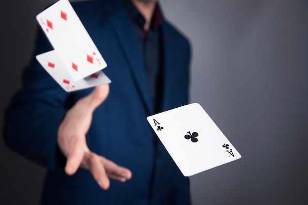 회색 벽에 카드를 던지는 남자