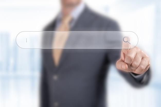 Кнопка поиска касания человека. поиск просмотра интернет-данных, информационная сеть, деловой человек, нажимая на страницу интернет-поиска на сенсорном экране компьютера, копируя пространство