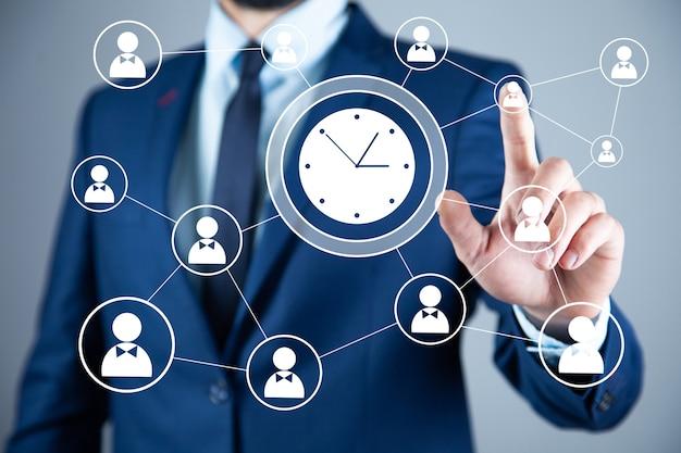 Человек, касающийся концепции управления временем на сенсорном экране
