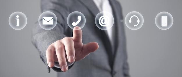 Человек трогательно контактные символы. интернет. коммуникация