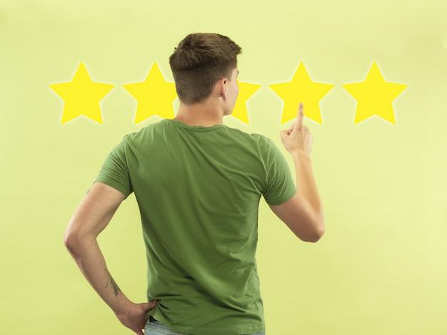 Человек касаясь пятизвездочного символа, чтобы повысить рейтинг компании, приложения или услуги. оставляет свою ставку на продукт, специалиста, программу. концепция бизнеса, технологий, маркетинга, рекламы, продаж, коммуникации.
