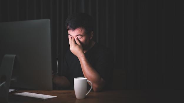 Человек трогает глаза из-за работы на компьютере