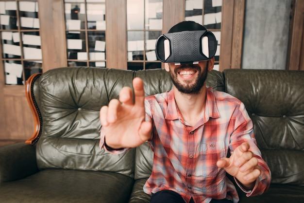 Vrメガネで目に見えないキーボードに触れる男。