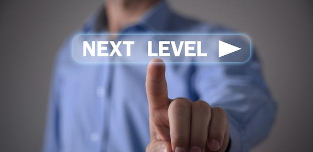 Человек касаясь текста следующего уровня. бизнес-концепция
