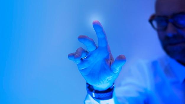 未来の青い画面に触れる男