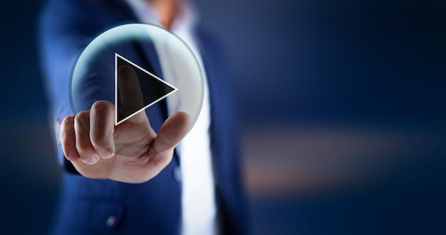 Человек, касающийся видео входа в экран